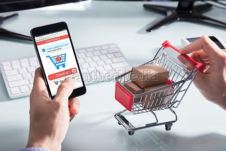 osoba zakupy online na telefon komorkowy