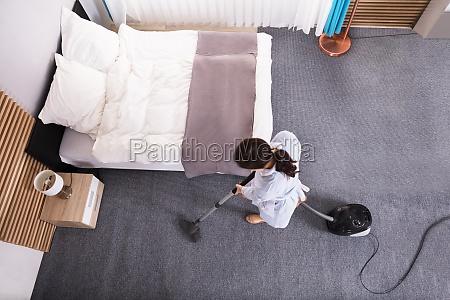 gospodyni czyszczenia dywanow z odkurzacza