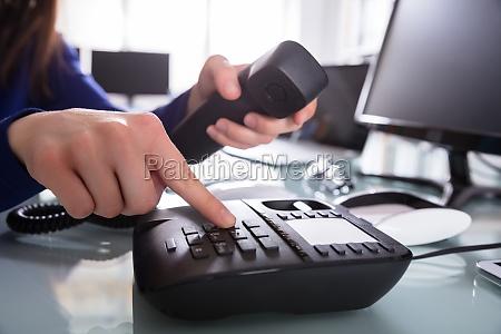 businessperson wybieranie numeru telefonu do rozmowy