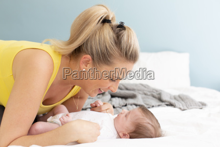 piekna mloda matka z zolta koszula