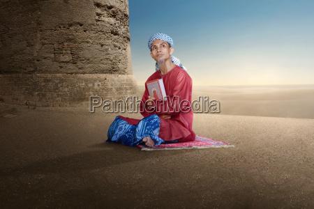 potrait azjatykci muzulmanski mezczyzna trzyma koran