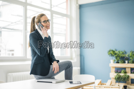 bizneswoman pracuje w domu rozmawia przez