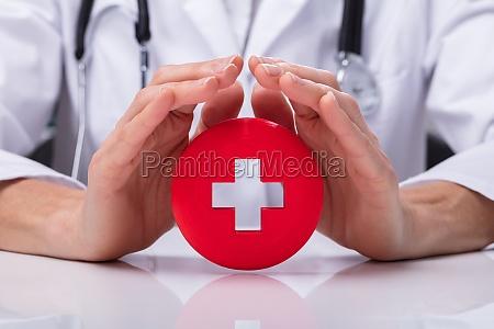 lekarz posiadajacy znak pierwszej pomocy