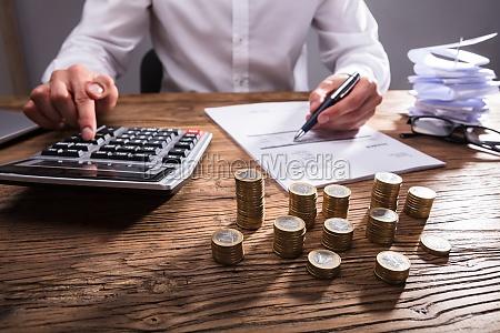businessperson za pomoca kalkulatora do obliczania