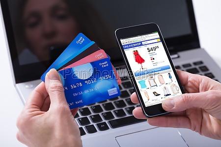 kobieta zakupy online z kartami kredytowymi