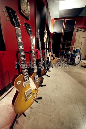 gitary w studiu muzycznym