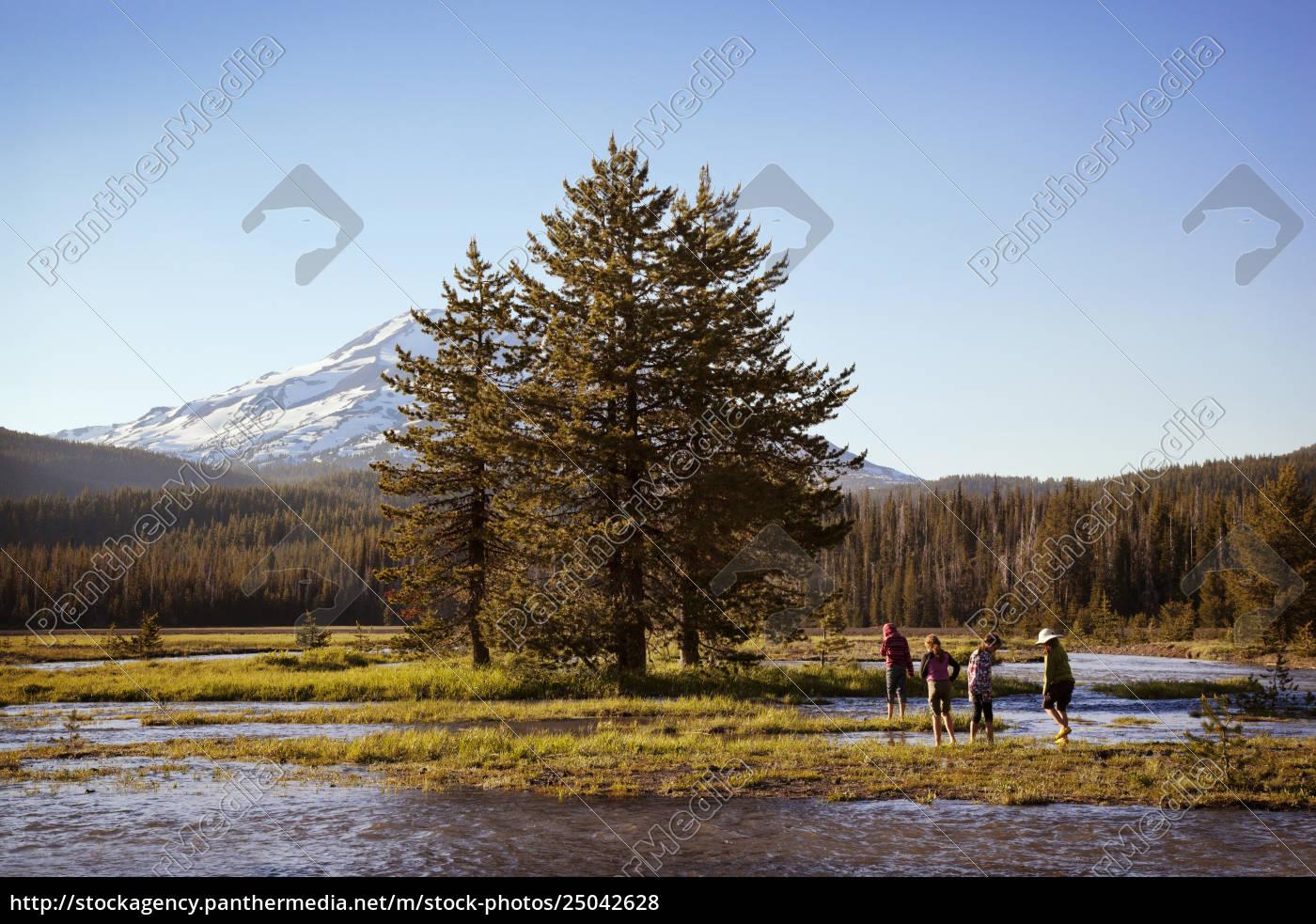 ludzie, cieszy, się, w, jeziorze, drzewami - 25042628
