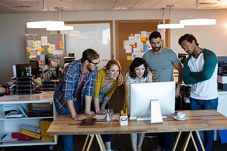 kreatywny zespol biznesowy pracujacy razem na