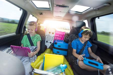 dzieci relaks w samochodzie podczas dlugiej