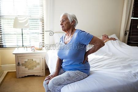 starsza kobieta cierpiaca na bole plecow