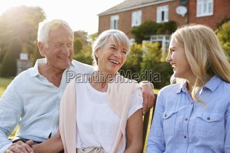 senior rodzice siedzi na siedzi w