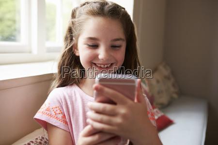 usmiechniete dziewczyny siedza na fotelu okno
