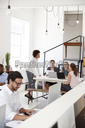 kobieta briefing kolegow w biurze otwartego