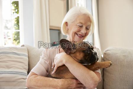 senior kobieta siedzi na kanapie w