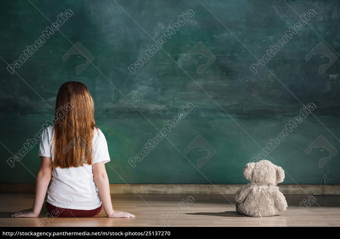 mała, dziewczynka, z, pluszowym, misiem, siedzi - 25137270