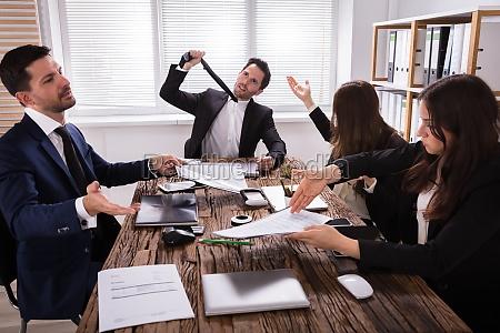 grupa sfrustrowanych biznesmenow na spotkaniu
