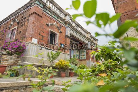budynek z dekoracyjnymi roslinami i kwiatami