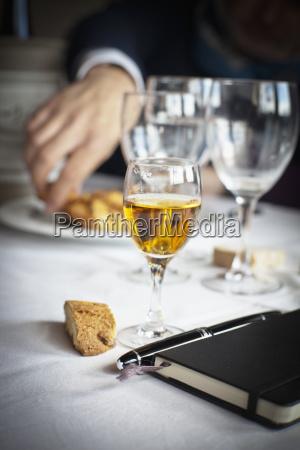 notatnik i dlugopis siedza na stole