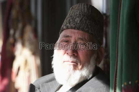 stary afganczyk w kapeluszu astrachan w