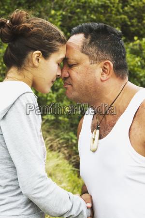 turysci sprobowac tradycyjnych maori pozdrowienia na