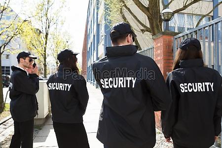 straznik pilnowac mundur staly guard profesjonalnie