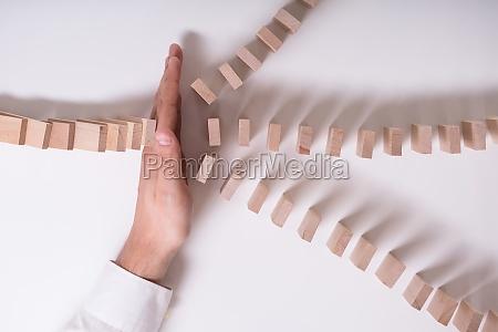 przedsiebiorca zatrzymanie drewnianych blokow od upadku