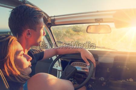 para w samochodzie o zachodzie slonca