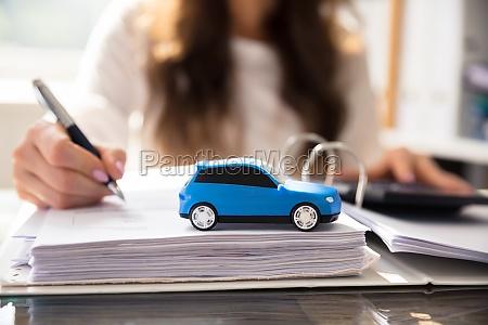 zblizenie malego niebieskiego samochodu