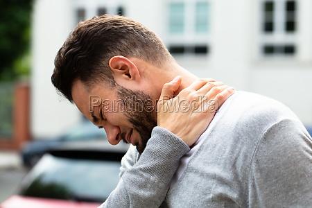 czlowiek cierpiacy z bolu szyi