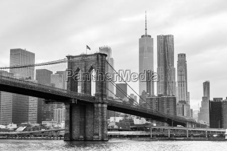 brooklyn bridge and manhattan skyline in