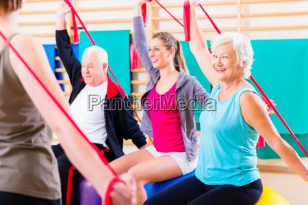 seniorzy w fitness course w silowni