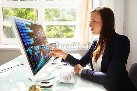biznesmen analizowanie wykresow na komputerze