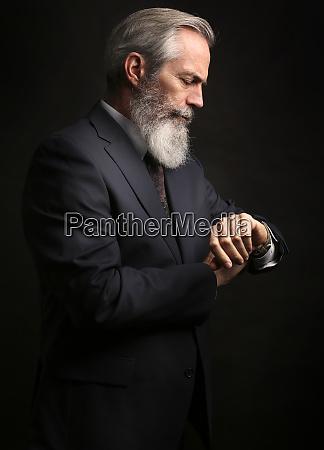 dojrzaly meski model noszenia garnitur z