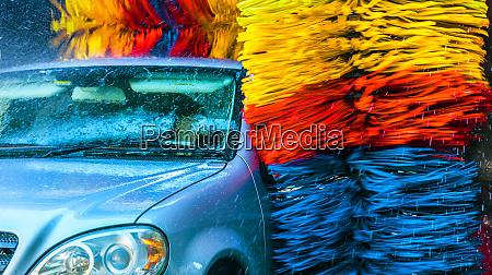 samochod przechodzi przez automatyzacje myjke samochodowa