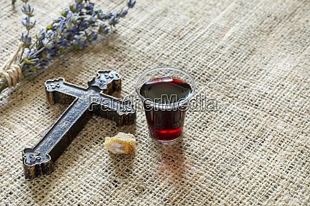 biorąc, komunię, z, kieliszkiem, wina, i - 25909185