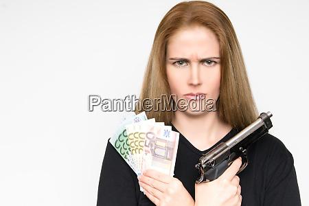 niebezpieczna blond kobieta z grim twarzy