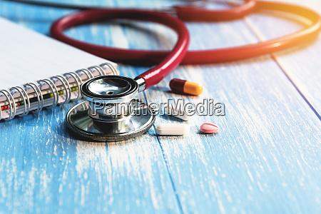 stetoskop medyczny z pigulki medycyny farmaceutycznej