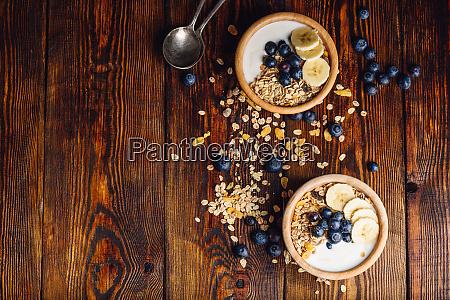 Sniadanie z muesli banana i borowki