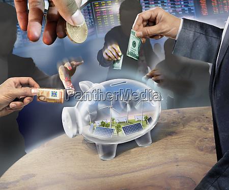 ludzie biznesowi inwestuja pieniadze w przejrzysty