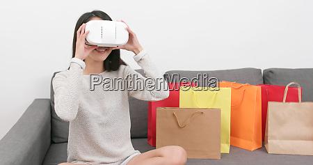 kobieta uzywaca urzadzenia wirtualnej rzeczywistosci do
