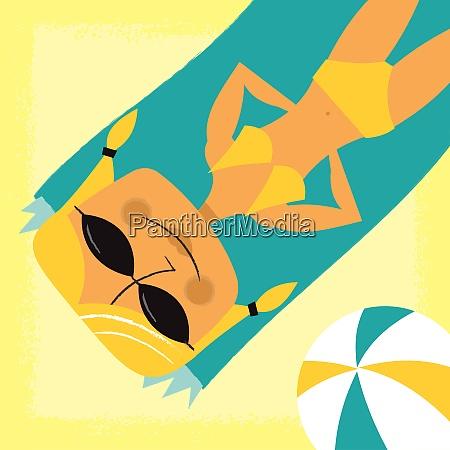 usmiechnieta kobieta opalanie sie na plazy