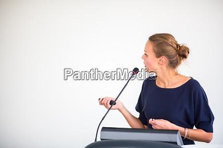 Ladna mloda kobieta biznesu dajac prezentacje