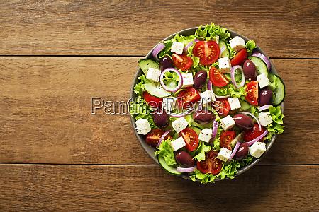salatka z serem feta i swiezymi