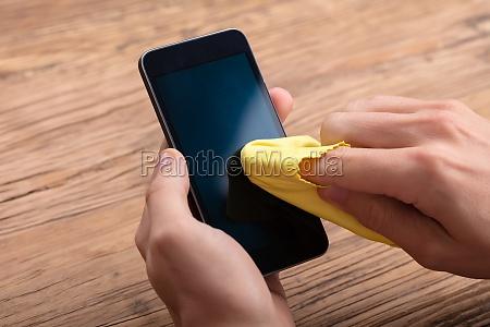 czlowiek czyszczenie ekran telefonu komorkowego