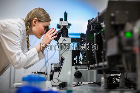 kobieta badacz przeprowadzania badan w fizycechemii