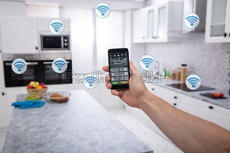 osoba za pomoca aplikacji smart home