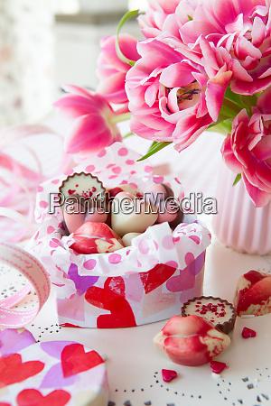 pyszne slodycze i swieze kwiaty