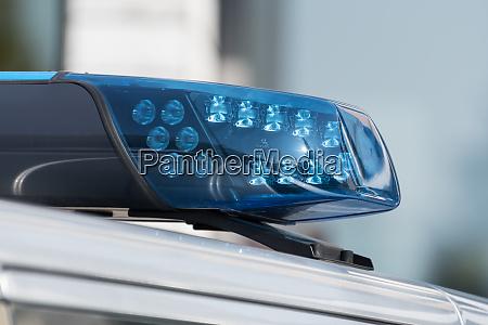 szczegolowy strzal niebieskiego swiatla na samochod