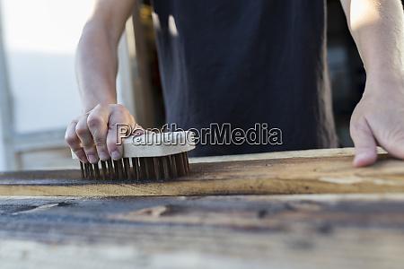 craftswoman za pomoca pedzla na kawalku