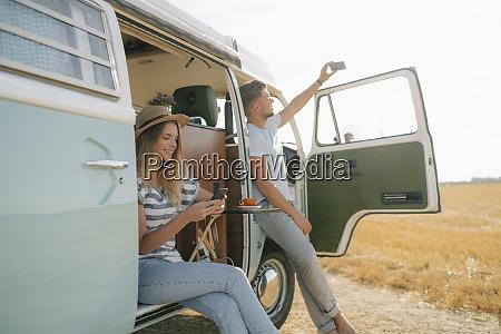 mloda para z telefonami komorkowymi relaks